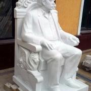 На фото мемориальная скульптура из мрамора. Статуя из мрамора изготовлена Ритуальной службой в Киеве Александра Прядко и творческим коллективом скульпторов, архитекторов и литейщиков г. Киева.
