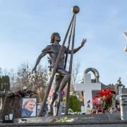 Фото бронзовой скульптуры. Памятник футболисту Андрею Гусину на Байковом кладбище в Киеве.