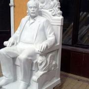 Фото мемориальной скульптуры из мрамора. Изготовление мемориальных статуй из мрамора. Цена мемориальной скульптуры в Киеве, согласно разработанного проекта памятника.