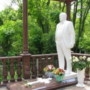 Фото скульптуры класса ВИП в ритуальном комплексе. Мраморная скульптура в полный рост на кладбище. Размер скульптуры - по проекту памятника.