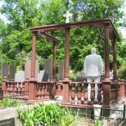 Обратная сторона ритуального комплекса со скульптурой на кладбище. Доступная цена скульптуры ВИП класса в Киеве.