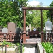 Обратная сторона скульптуры в полный рост на кладбище. Производство скульптуры класса ВИП в Киеве.