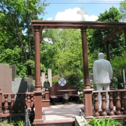 Обратная сторона памятника. Мемориальная скульптура из мрамора в ритуальном комплексе.