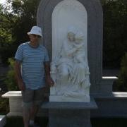 Мемориальная скульптура из мрамора на кладбище фото. Купить мемориальную скульптуру в Киеве, можно в магазине Ритуальной скульптуры - адрес: ул. Стеценко, 18. Стоимость мемориальной скульптуры - по 3d проекту.