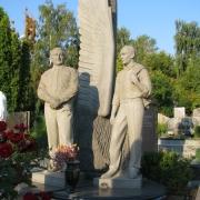 На фото мемориальная скульптура на кладбище. Производство мемориальной скульптуры в Киеве, от производителя; цена скульптуры доступная.