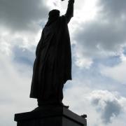 На фото установленная монументальная статуя из бронзы. Фото монументальной скульптуры на колонне; высота 7 метров. Купить скульптуру из бронзы вы можете с нашего сайта; стоимость монументальной скульптуры сегодня доступна.