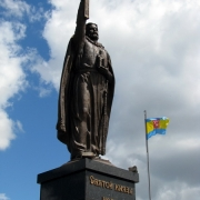 Фото установленной монументальной скульптуры, высотой 7 метров. Изготовление статуй из большого размера в Киеве; цена монументальной скульптуры доступна.