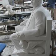 На фото изготовление фигуры человека в полный рост для памятника. Фото качественной скульптуры из мрамора в полный рост.