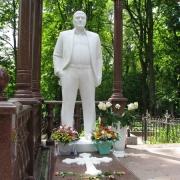Фото мраморной скульптуры в полный рост на кладбище. Изготовление мемориальной скульптуры на собственном производстве в Киеве.