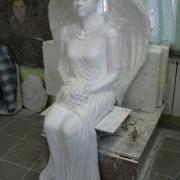 Фото фигуры девушки в полный рост в виде ангела для памятника. Скульптура в полный рост после изготовления в цеху фото.