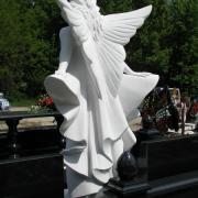 Новая скульптура на кладбище в Киеве. Мраморная скульптура в ритуальном комплексе в образе ангела.