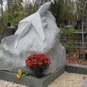 Новая скульптура на кладбище самолёт. Заказать скульптуру из гранита самолёт - можно с нашего сайта: https://www.prjadko.kiev.ua.
