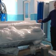 Фото новой скульптуры льва большого размера. Фигура льва из белого мрамора на станке ЧПУ в Киеве, изготовление.