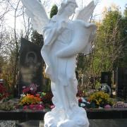 Скульптура ангела из белого бетона; высота ангела 140 см., размах крыльев 105 см., размер основы скульптуры 46х46 см., вес 175 кг., цена ангела 39 тыс. грн. Всегда в наличии на складе в Киеве. Фото ангела из бетона в цеху ЧП Прядко.