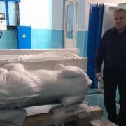 На фото производство скульптуры большого размера. Фигура льва из белого мрамора, изготовление в Киеве.