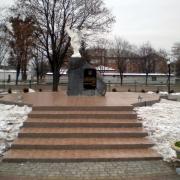 Памятник погибшим Героям Небесной Сотни со скульптурой ангела; установлен в г. Сарны, Ровенской области.