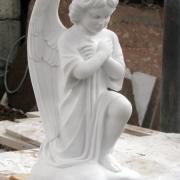Ангел для детского памятника, фото в цеху при изготовлении скульптуры. Высота мраморного ангела 55 см., размер основы 20 х 20 см. Цена скульптуры ангела в мраморе $3,5 тыс. Продажа ангелов из мрамора со склада ЧП Прядко в Киеве.