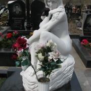 Скульптура детей. Мраморная скульптура девушки, фото на Совском кладбище в Киеве. Заказать скульптуру для ребёнка, можно в офисе ЧП Прядко; срок изготовления скульптуры от 3х месяцев.