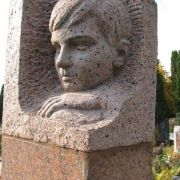 Скульптура детей.  Портрет ребёнка в колонне из гранита, фото на Байковом кладбище в Киеве. Заказ горельефа ребёнку, можно сделать в магазине ритуальной скульптуры по адресу: ул. Стеценко, 18.