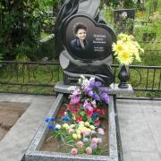 На фото, выбор скульптуры. Авторский памятник девушке, от ЧП Прядко. Цена детского памятника, 60 тыс. грн., есть в наличии сейчас на складе в Киеве.