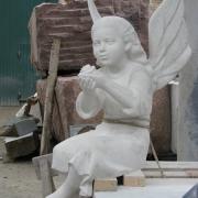 На фото детская скульптура в виде ангела;  изготовление в Киеве сегодня. Доступная стоимость детской скульптуры. Заказ детской скульптуры из мрамора; качественно от профессионалов.