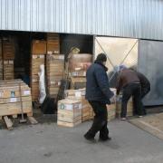 Готовая скульптура ангелов, фото на складе в Киеве; рабочий момент отгрузки скульптуры по Украине. Качественная упаковка скульптур после изготовления в цеху.