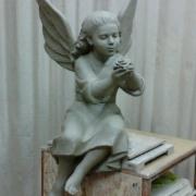 Модель скульптуры ангела для памятника. Фото фигуры ангела в глине. Фигура ангела перед переводом в мрамор.