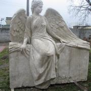 На фото гипсовая модель ангела после изготовления. Создание скульптур ангелов из моделей. Изготовление 3д моделей ангелов для производства скульптуры. Фото модели ангела на могилу.