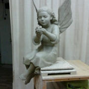 Модель ангела для памятника из глины. Фигура ангела в глине, фото после изготовления в цеху. Создание проектов будущих скульптур в Киеве сегодня.