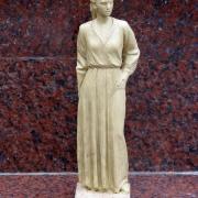 Макет из пластилина фигуры в полный рост. Фото макета скульптуры, перед изготовлением модели статуи из мрамора для кладбища. Изготовление мраморных статуй с портретным сходством в Киеве сегодня.