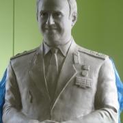 Изготовление модели портрета из глины; фото перед переводом в гипс; лепка модели портрета военного. Стоимость ритуального бюста в мраморе $7,9 тыс.