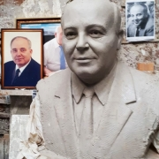 Цена ритуального бюста - от $5 тыс. Модель портрета в глине.