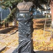 Бюст генерала на колонне; фото бюста после установки на колонну. Цена бюста из бронзы $5,9 тыс.