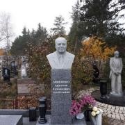 Гранитный бюст на колонне. Заказать бюст из гранита - можно в Магазине Ритуальной скульптуры в Киеве сегодня.