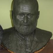 На фото бюст из глины; лепка модели портрета. Изготовление рельефных портретов для памятников. Цена бюста из бронзы $5,9 тыс.