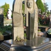 Фото нового памятника из гранита с барельефом. Производство барельефов из гранита в Киеве. Цена барельефа для памятника, согласно разработанного проекта.