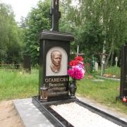 Фото памятника с крестом и барельефом. На фото памятник на одного с крестом и барельефом. Размер барельефа, 28 х 40 см.