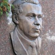 Бронзовый портрет на памятнике. Размеры мужского портрета из бронзы: 29 х 43 см. Стоимость портрета на памятник - доступна.