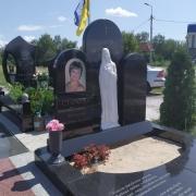Памятник с барельефом из мрамора на могиле. Богородица из мрамора на памятнике.
