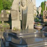 На фото элитный памятник с барельефом. Производство барельефов на памятники в Киеве; от производителя. Цена памятника с барельефом - доступна.