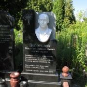 Памятник с барельефом мужчины из мрамора; фото установленного памятника с барельефом из мрамора. Доступная цена барельефа.