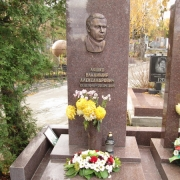 Фото памятника с барельефом из бронзы. Производство барельефов из бронзы по доступной цене.