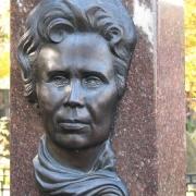 Бронзовый барельеф на памятнике. Размеры барельефа из бронзы: 32 х 48 см. Цена женского барельефа на памятник - доступна.