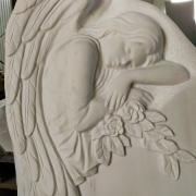 Барельеф ангела на памятнике. Высота памятника с ангелом - 120 см.