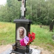 Памятник с крестом и барельефом; фото памятника после установки на кладбище. Размер бронзового барельефа, 28 х 40 см.
