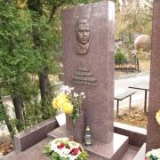 На фото памятник с барельефом из бронзы. Изготовление барельефов из бронзы по доступной цене.