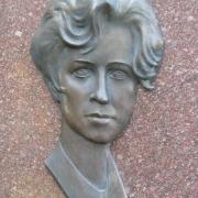 Барельеф женщины из бронзы на памятнике. Размер портрета в бронзе: 28 х 42 см. Цена женского портрета в бронзе - по проекту.
