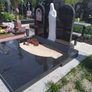 Памятник с Богородицей из мрамора на кладбище. Барельеф божьей матери на памятнике.