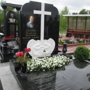 На фото установленный памятник на кладбище с барельефом из мрамора. Изготовление барельефов из белого мрамора в Киеве.