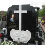 Установленный памятник на кладбище с барельефом и крестом из мрамора. Производство барельефов из белого мрамора в Киеве.